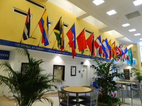 Banderas en en el Centro Graham de la Universidad Internacional de La Florida.